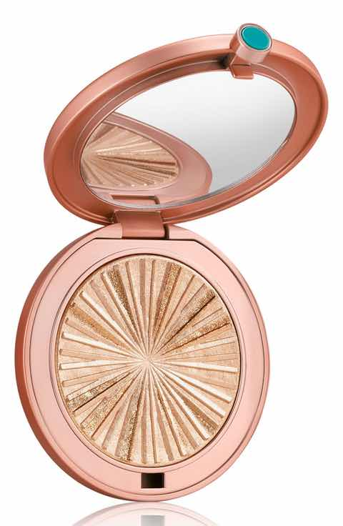 What to do so that highlighter look better on your face?